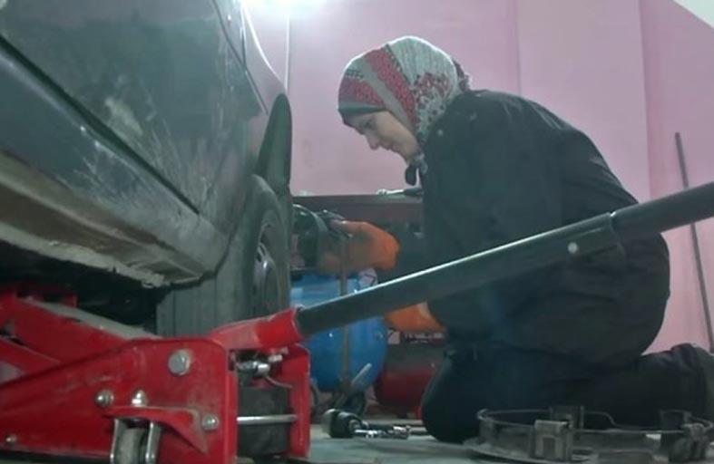 امرأة ميكانيكية سيارات