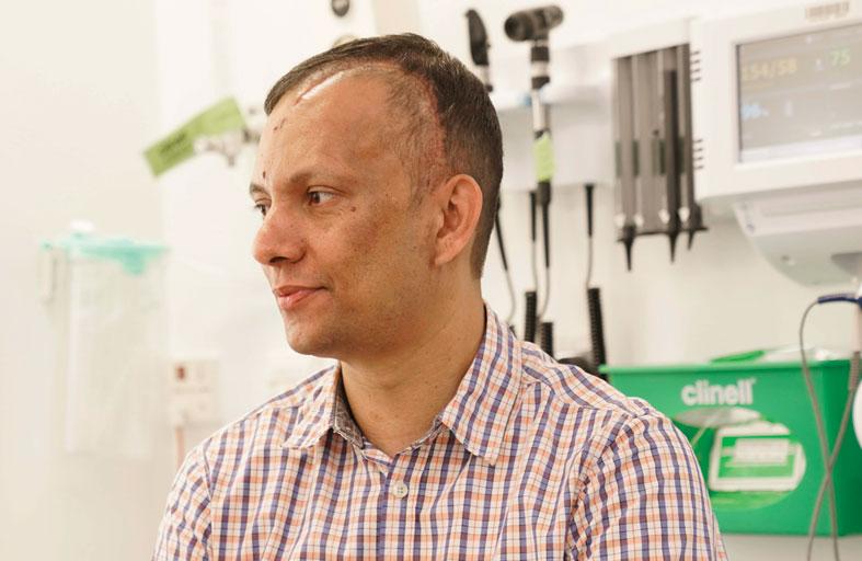 مستشفى توام يستأصل ورماً دماغياً في عملية فريدة من نوعها بفتح جمجمة المريض أثناء اليقظة