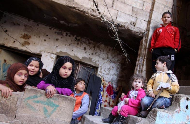 اللاجئون الفلسطينيون بيادق في أيدي الفصائل