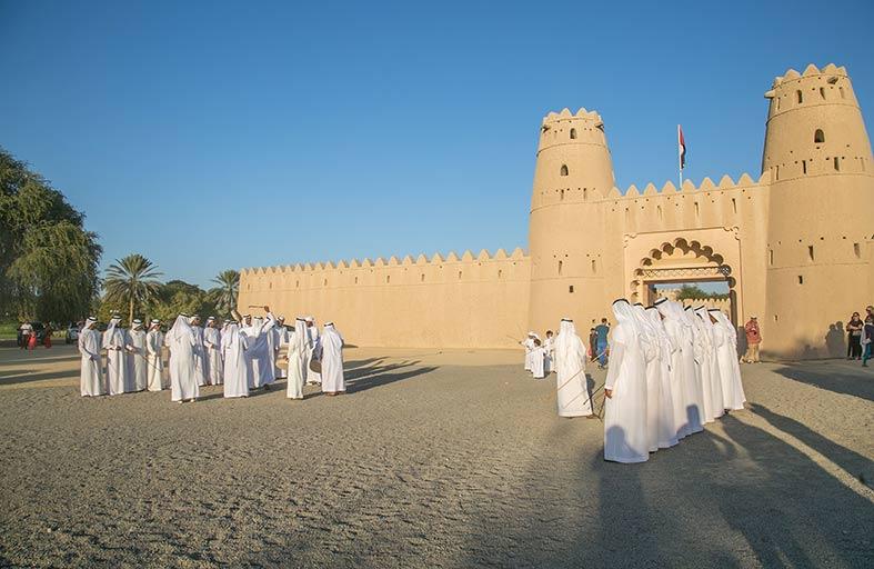 قلعة الجاهلي تحتفل باليوم الوطني الـ46 بعروض جوية وأنشطة تراثية وحفل غنائي