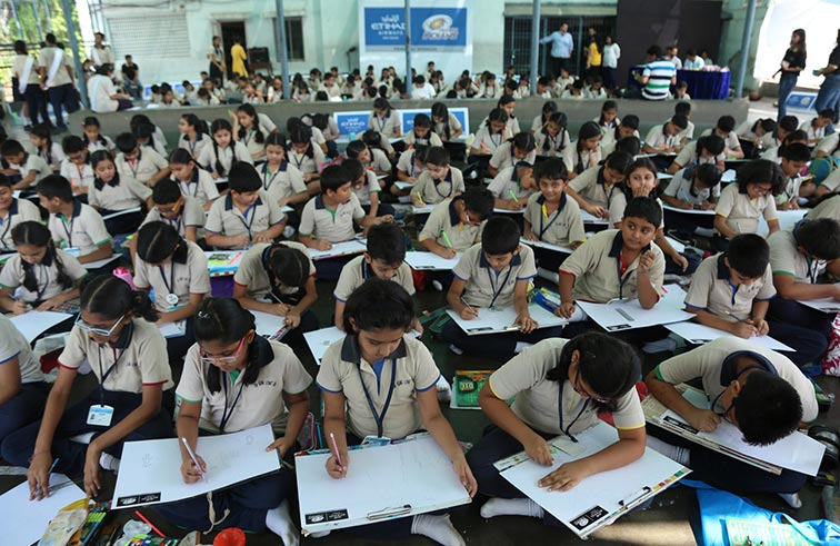 الاتحاد للطيران ومومباي إنديانز يزرعان الفرح في قلوب أطفال المدارس