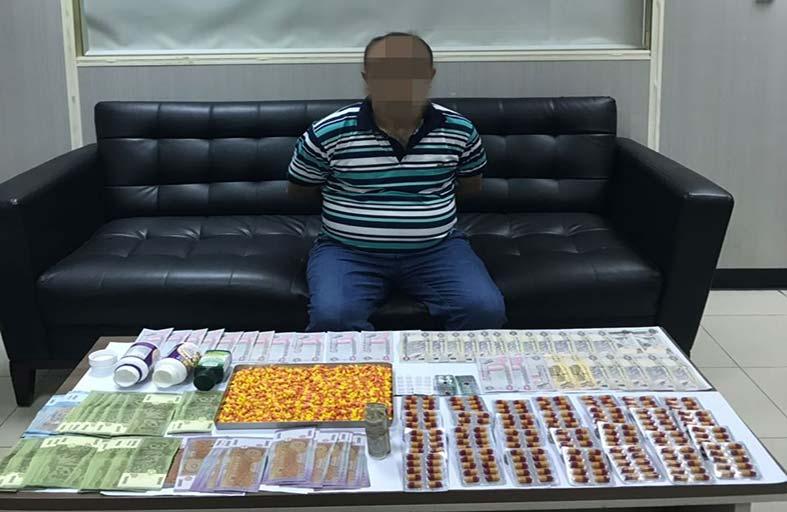 شرطة أبوظبي تحبط ترويج 3000 حبة مخدرة في عملية «تحت المجهر»