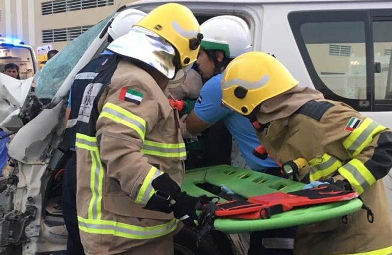 الدفاع المدني بعجمان ينقذ 3 آسيويين محصورين في حادث تصادم