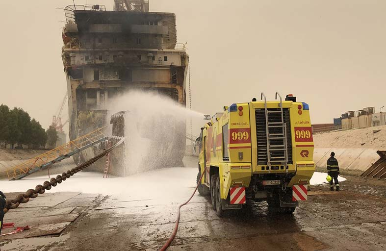 الدفاع المدني يخمد حريقاً في باخرة بأبوظبي