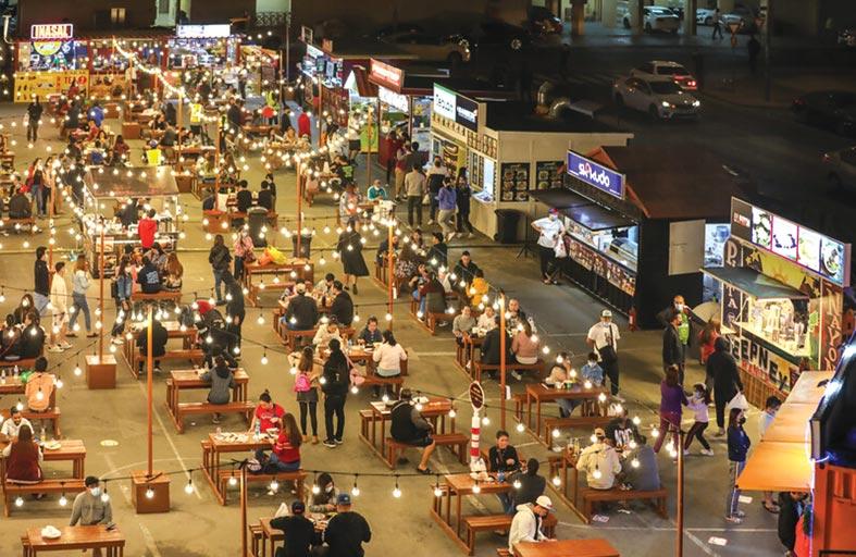 المتسوقون والعائلات يستمتعون بالعروض الترويجية و الترفيهية في أسواق مهرجان دبي للتسوق