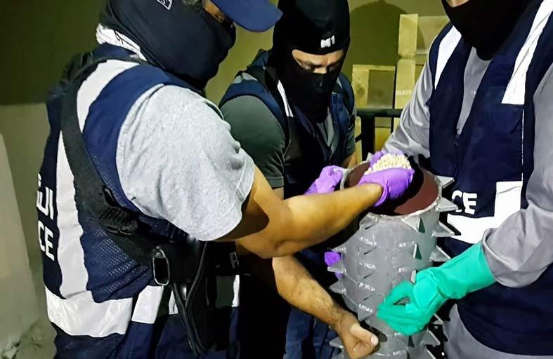 شرطة أبوظبي تحبط ترويج 1.8 مليون حبة مخدرة مخبأة بمعدات صناعة العصائر