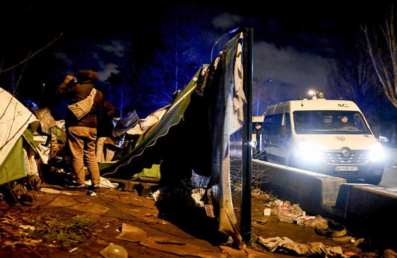 إجلاء مهاجرين من مخيم مؤقت في شمال باريس