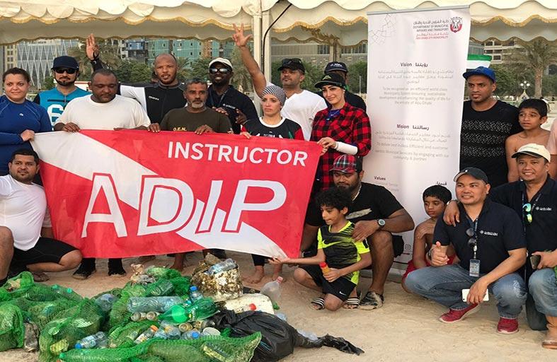 بلدية مدينة أبوظبي وشركاؤها ينفذون المرحلة الثالثة من حملة تنظيف قاع البحر في شاطئ الكورنيش