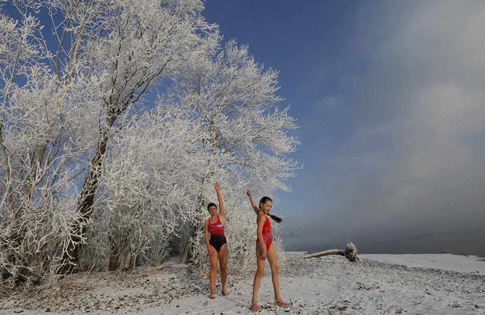يتحدون البرودة بالسباحة في سيبيريا