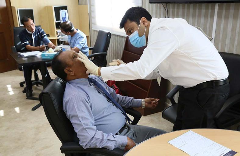 «الطوارئ والأزمات» تقدم فحوصا وعلاج الأسنان مجاناً لعمالها