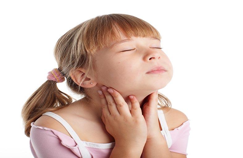 6 علامات تدل على التهاب حلق الطفل .. و3 مواد طبيعية تعالجه