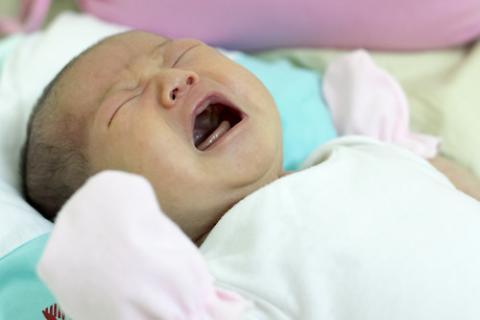 كيف تتصرفين حين يعاني طفلك مغصاً؟