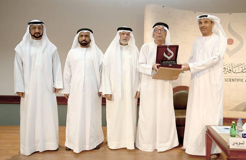 الأديب عبد الغفار حسين يحاضر حول دبي الأولى ازدهاراً وتطوراً ونمواً