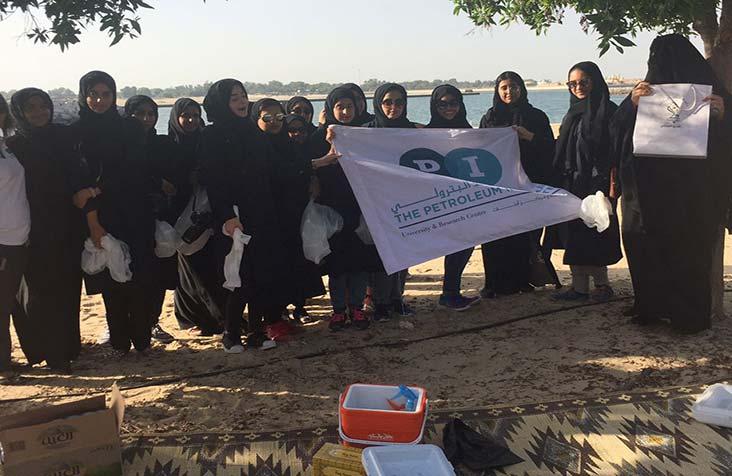 نادي تراث الإمارات ينظم بالتعاون مع طالبات المعهد البترولي حملة تنظيف بشاطئ الراحة