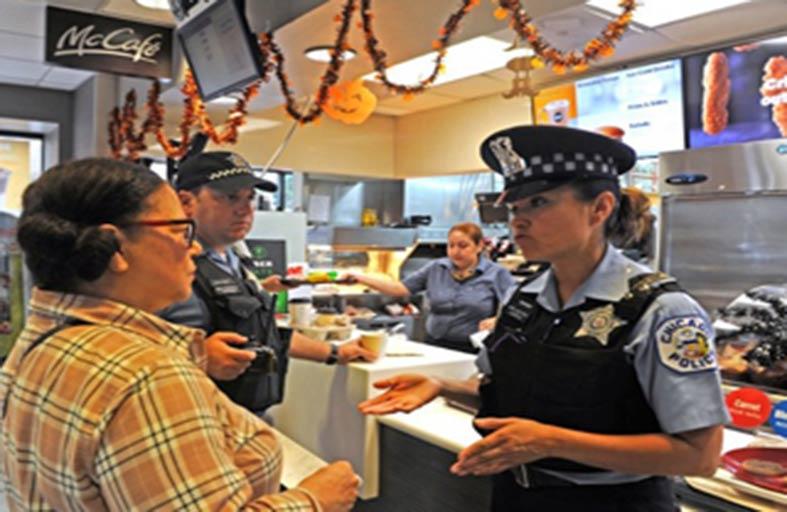 فنجان قهوة مع الشرطة لتعزيز الثقة