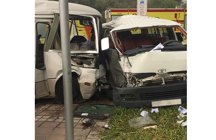 إصابة 32 شخصاً بحادث تصادم بين مركبتين بأبوظبي