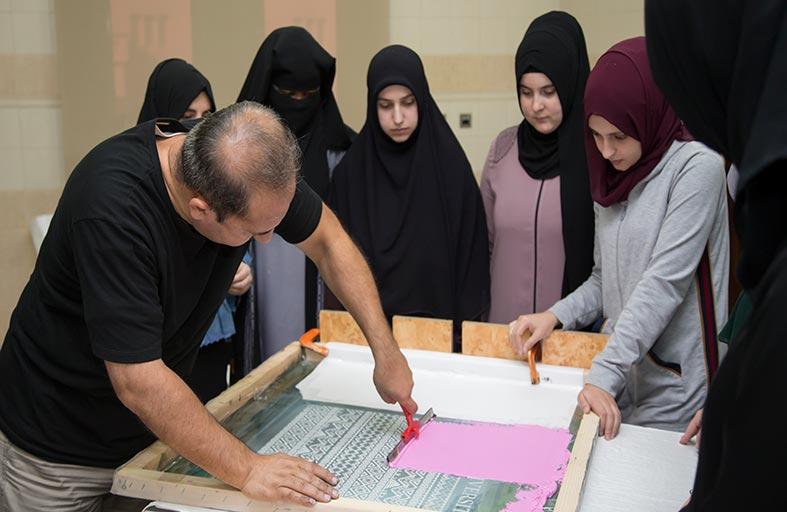 مركز مهارة بالجامعة القاسمية يدرب الطالبات على الطباعة الحريرية