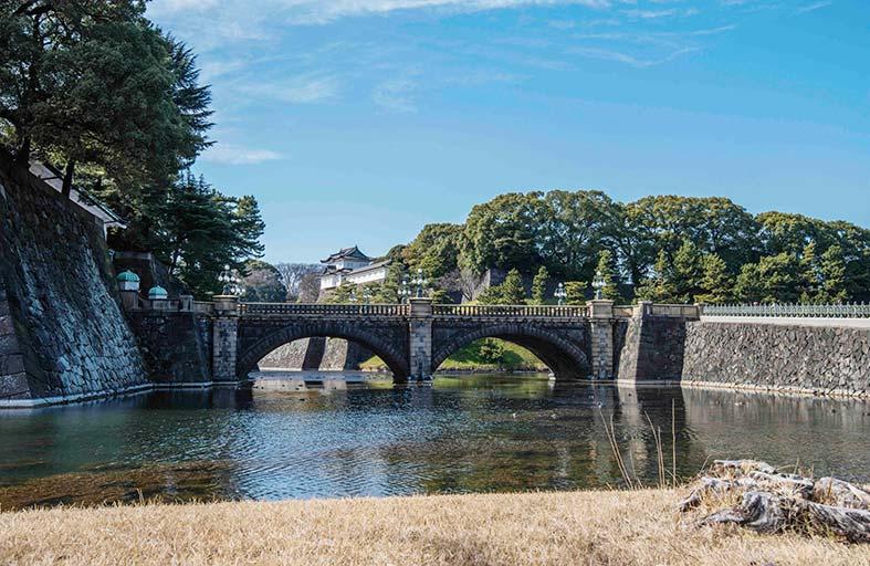 حديقة القصر الأمبراطوري مزار يومي يقصده اليابانيون والأجانب