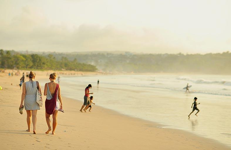التنزه على الشاطئ يخفف ألم الأسنان