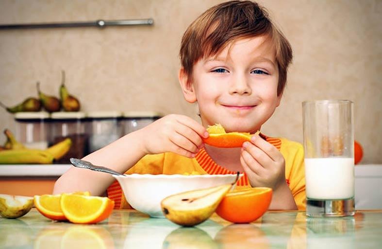 نصائح وأطعمة وفواكه لتعزيز مناعة الطفل