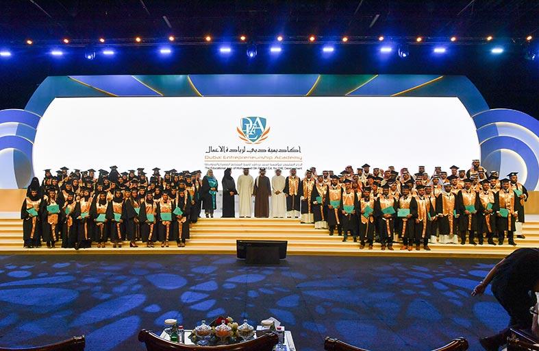منصور بن محمد يكرم خريجي رواد الأعمال في الدفعة الثالثة من «أكاديمية دبي لريادة الأعمال»