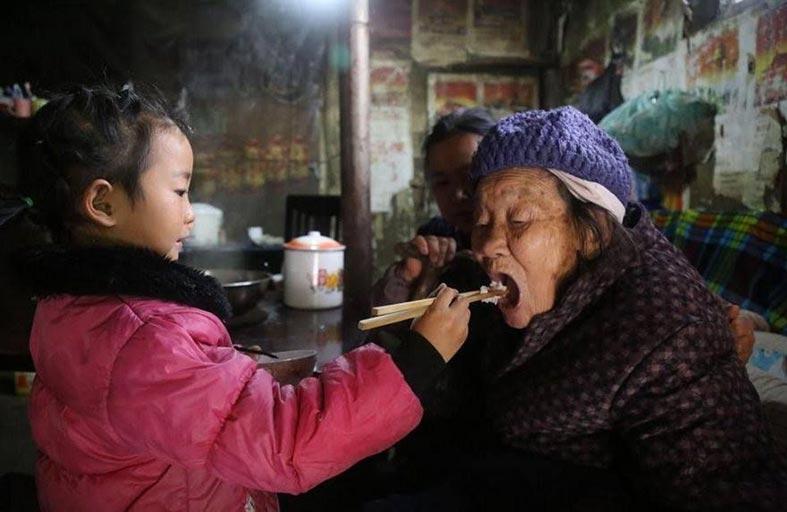 طفلة صغيرة ترعى أقاربها المسنين