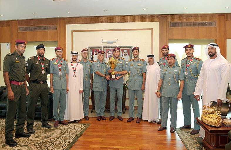 """الموارد البشرية بشرطة  أبوظبي تكرم فريقها   للسباحة الفائز الثاني  ببطولة درع """"القائد العام"""""""
