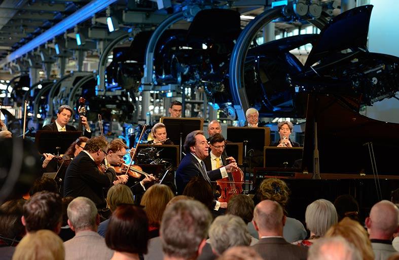 الأوركسترا تحيي الحفلين بقيادة عازف البيانو العالمي رودولف بوخبندر