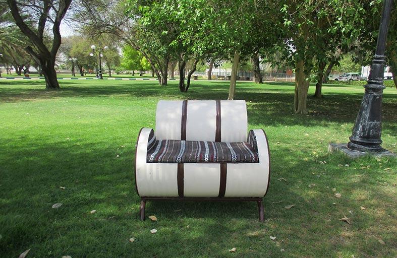 بلدية مدينة العين تعيد تدوير البراميل وتستخدمها كأثاث في الحدائق