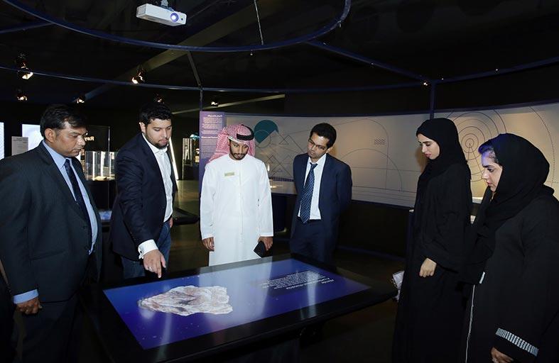 دبي للثقافة تنظم رحلة ثقافية لموظفيها إلى متحف نوبل للفيزياء