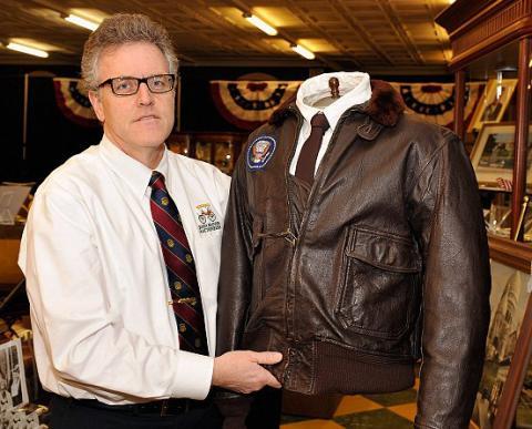 سترة لجون كينيدي تباع  في مزاد بـ570 ألف دولار