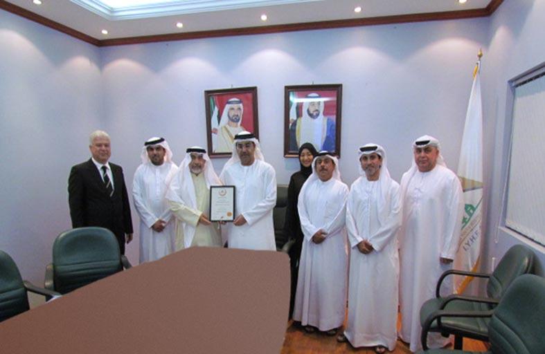 الاتحاد الدولي يكرم الأمين العام السابق لجمعية الإمارات لبيوت الشباب