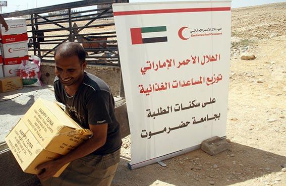 الهلال الأحمر الاماراتي تواصل توزيع المساعدات الغذائية على طلاب جامعة حضرموت