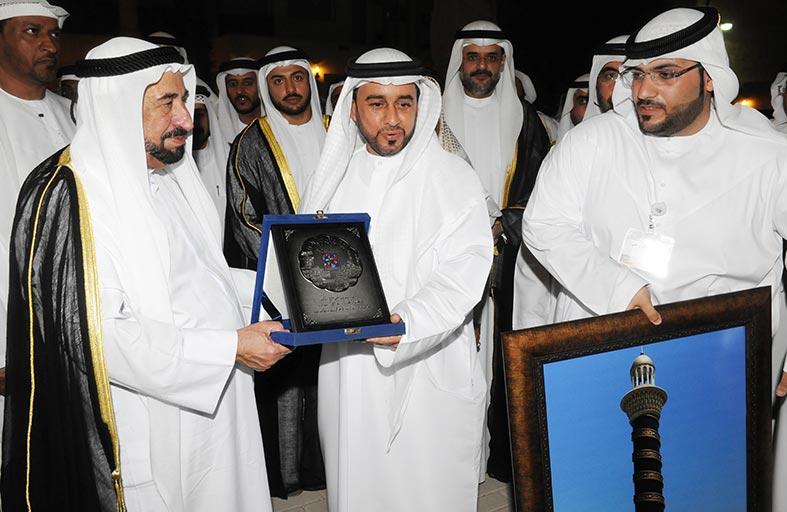الوطني للإعلام يهدي حاكم الشارقة درع المجلس خلال افتتاح أيام الشارقة التراثية
