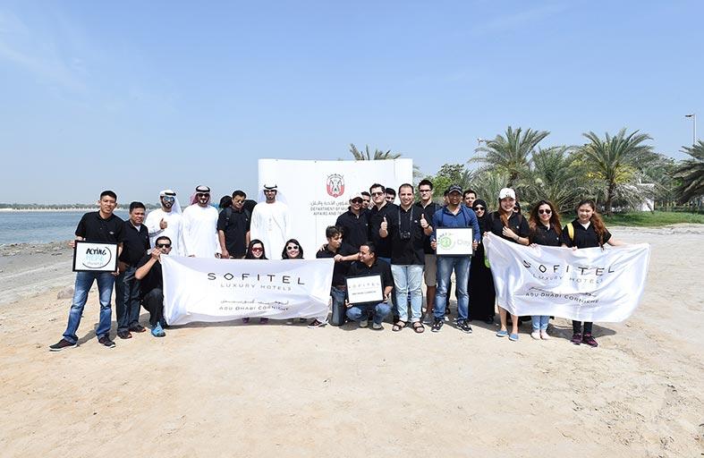 بلدية مدينة أبوظبي تنظم حملة لتنظيف حديقة وشاطئ شارع الخليج العربي