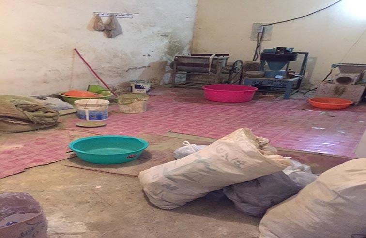 بلدية مدينة أبوظبي تصادر 3 أطنان من «النسوار» ومعدات ومواد خطيرة من معمل سري في مصفح الصناعية