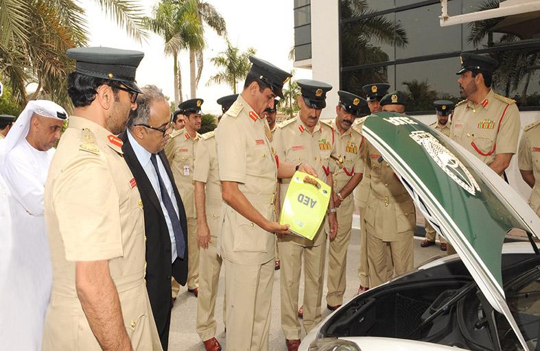 شرطة دبي تزود دورياتها بجهاز إنعاش قلبي رئوي