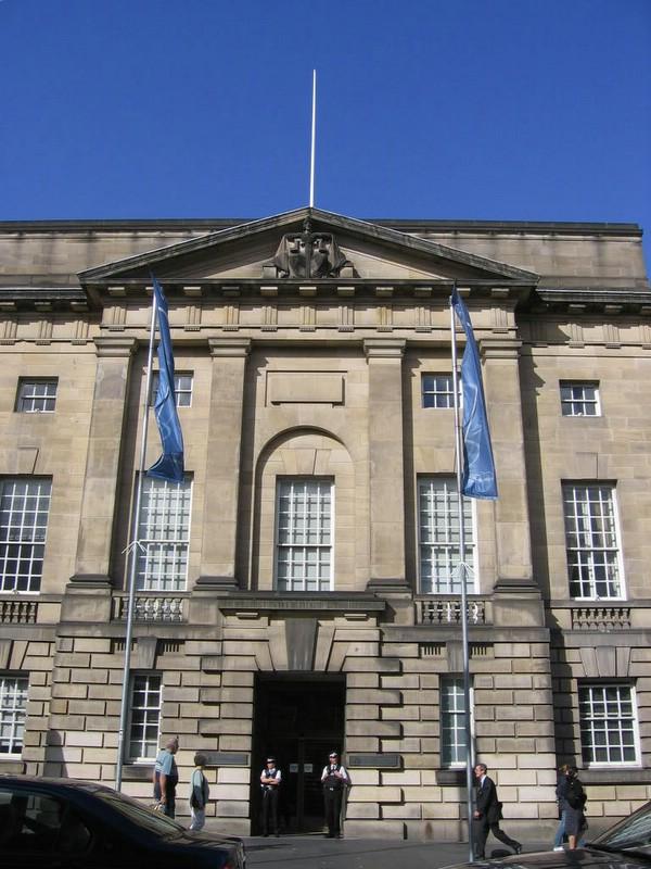 إخلاء محكمة في بلفاست بسبب طرد مشبوه