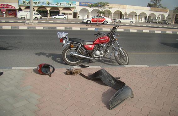حادث تصادم بين دراجة ومركبة نتيجة عدم انتباه قائد الثانية لخلو الطريق
