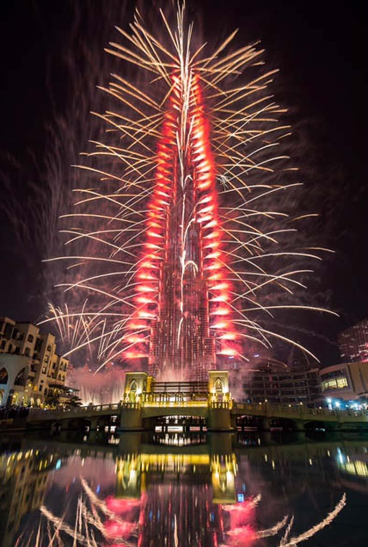 الألعاب الناريه وعروض الليزر تزين برج خليفة في احتفالية رائعة بالعام الجديد 2017