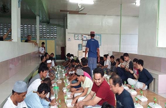 سفارة الدولة في مانيلا تشرف على مشاريع إفطار الصائم وتوزيع التمور