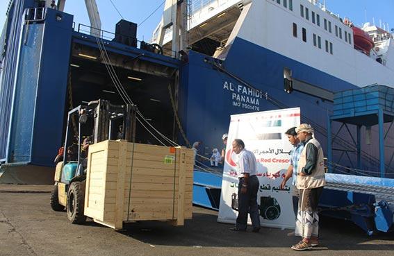سفينة إماراتية جديدة تحمل قطع غيار لقطاع الكهرباء ترسو بالمكلا