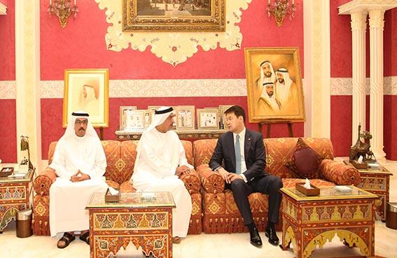 سلطان بن خليفة يبحث تعزيز العلاقات مع رئيس وزراء منغوليا