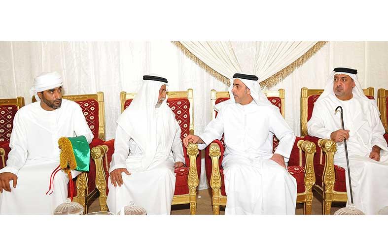 سيف بن زايد وسلطان بن خليفة يقدمان واجب العزاء لذوي الشهيد الكتبي في مدينة العين