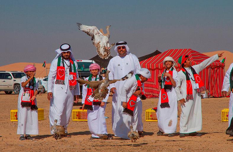 42 حبارى تحلّق بألوان العلم عالياً في سماء الإمارات