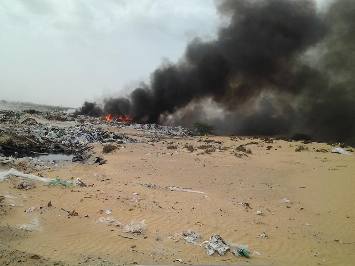 كلاكيت لعشرات المرات حريق مكب القمامة بأم القيوين ...وسكان السلمة يريدون حلا