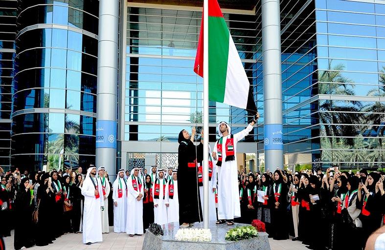 لبنى القاسمي ومايد بن سعود المعلا يرفعان علم الدولة في جامعة زايد