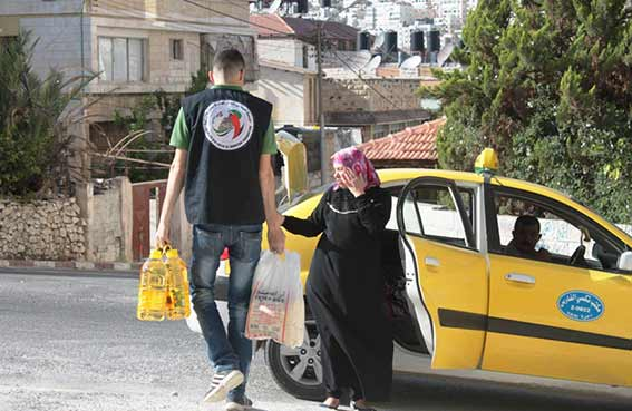 مؤسسة خليفة للأعمال الانسانية توزع ثمانية الاف طرد غذائي على الأسر المحتاجة في القدس والضفة الغربية