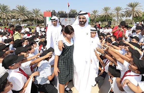 محمد بن راشد يرفع علم الدولة عاليا بحضورأزيد من 20 الف تلميذ من 120 جنسية مقيمة.