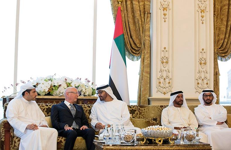 محمد بن زايد يبحث مع رئيس منتدى دافوس الاقتصادي أوجه التعاون